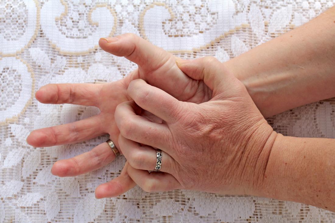 Les doigts qui démangent peuvent être causés par une affection de la peau, comme une dermatite de contact. Les mains qui démangent la paume.