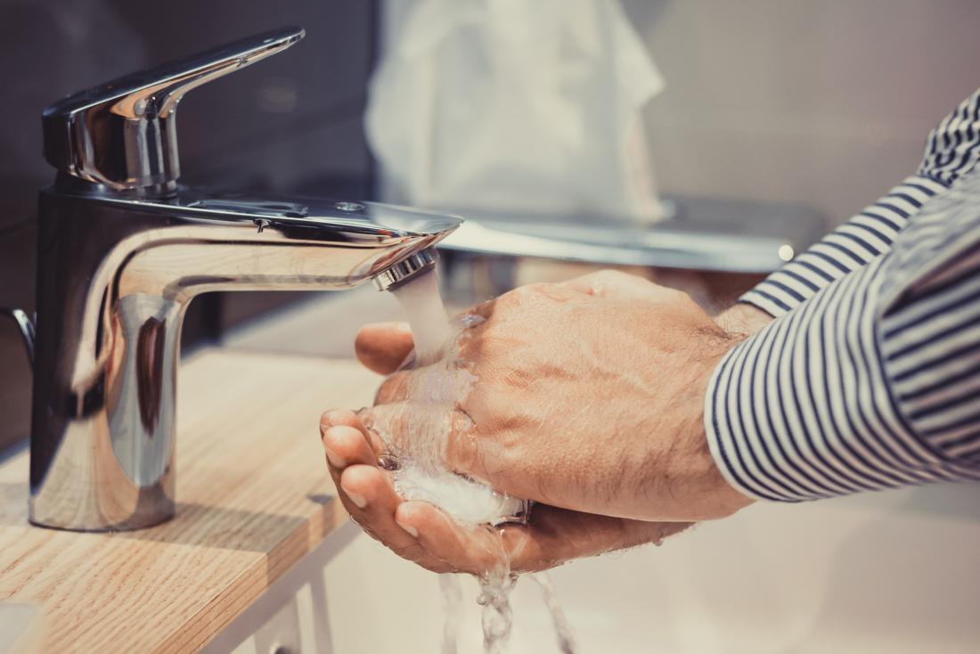 Homme se laver les mains.