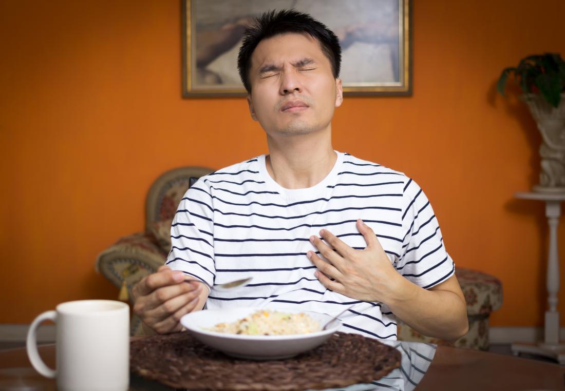Man leidet unter Sodbrennen, die unter der linken Brust Schmerzen verursachen kann