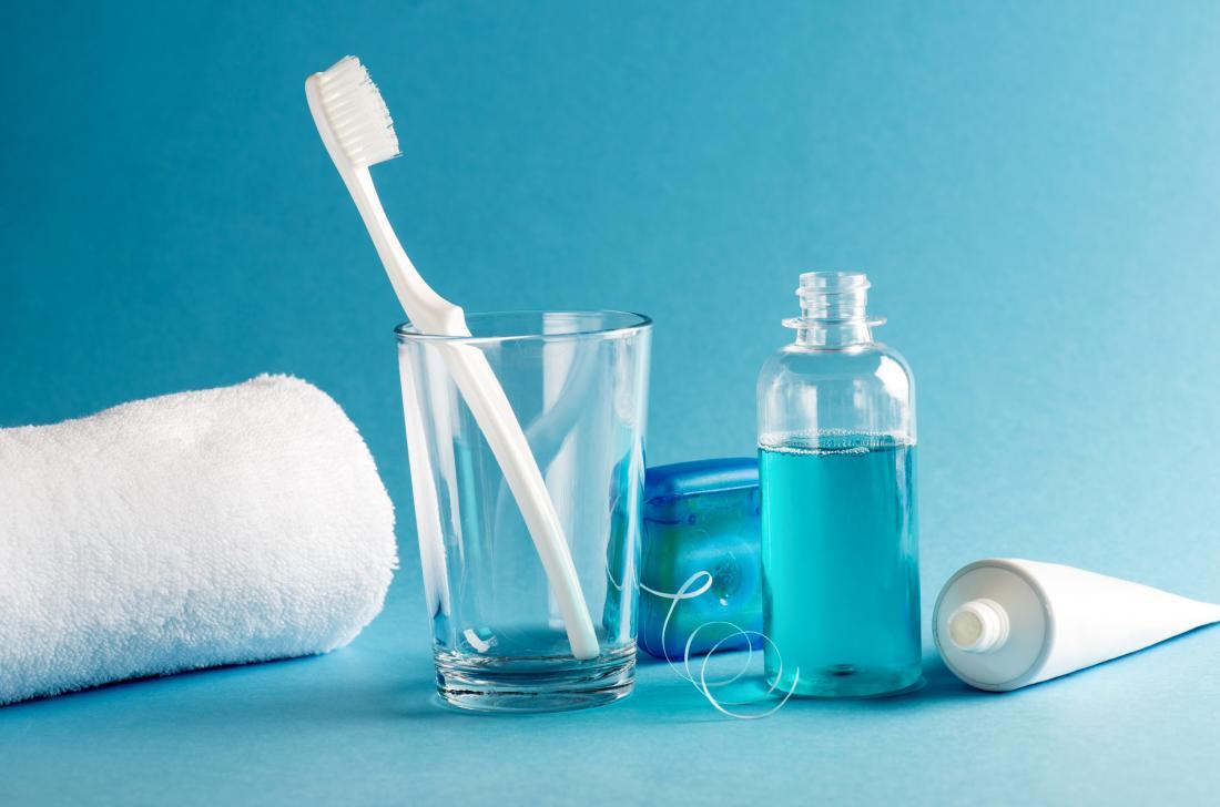 Rince-bouche, brosse à dents, dentifrice, fil dentaire et autres produits d'hygiène buccale.