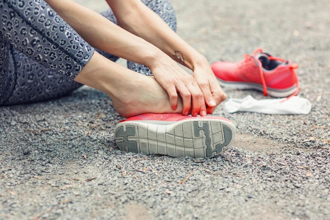 seitlicher Fußschmerz, der die Außenseite des Fußes einer Frau verursacht, tut weh, sie hat sie sich zeigen lassen und hält es