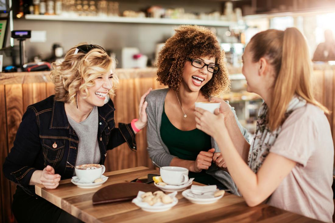amis, apprécier le café dans le café-restaurant