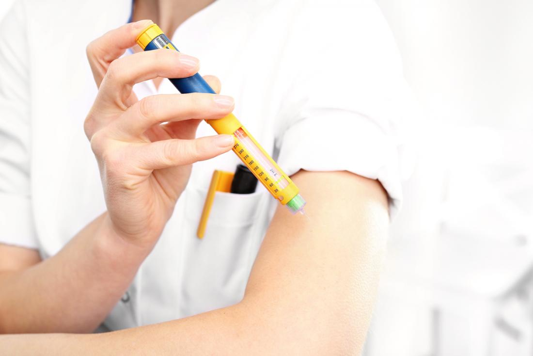une femme qui s'injecte de l'insuline