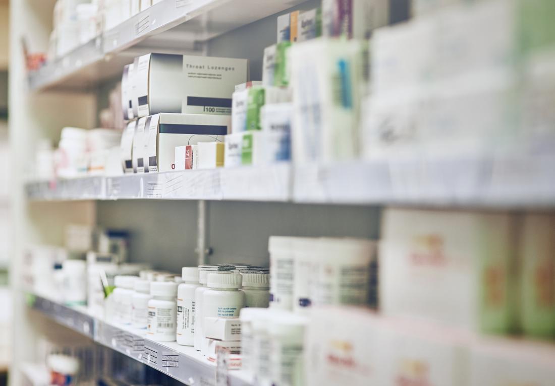 Étagère de pharmacie avec divers médicaments.