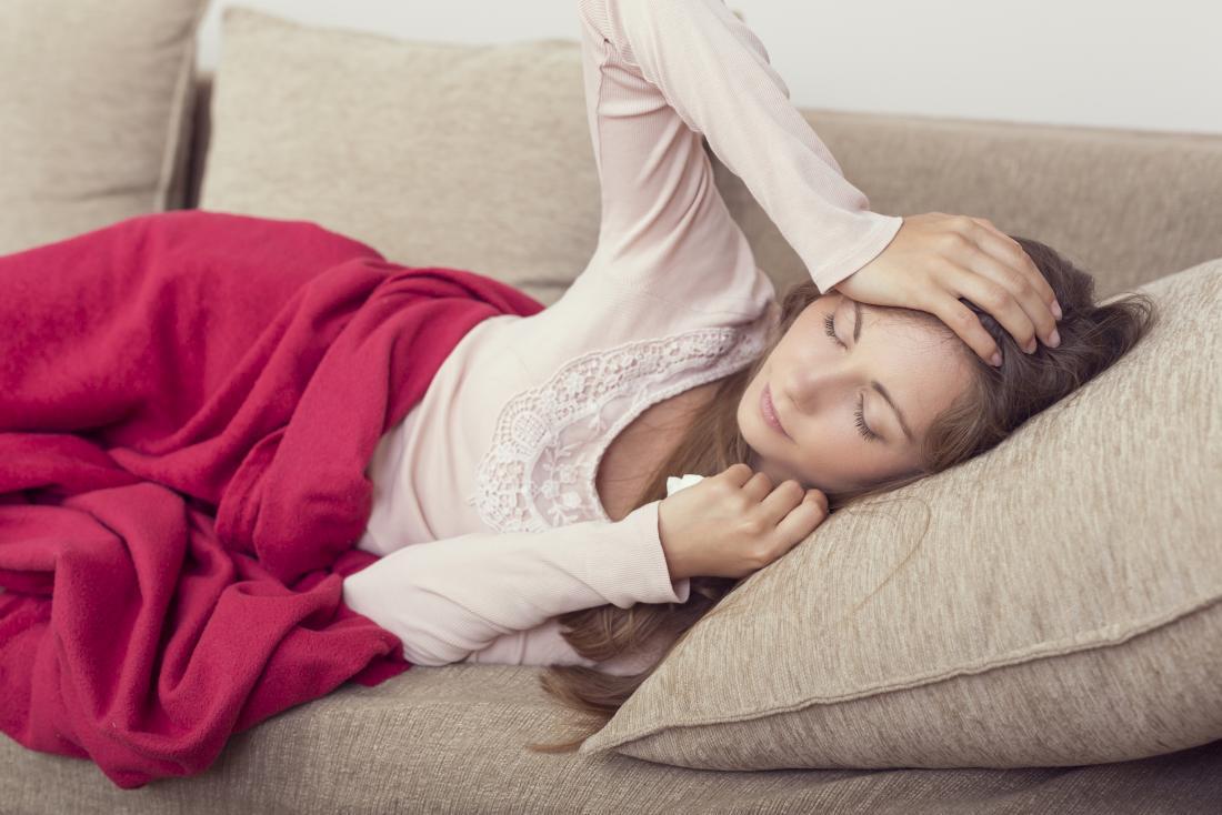 Frau, die auf ein Sofa hält ihren Kopf legt