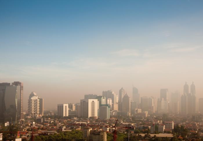 [Smog couvrant la ville]