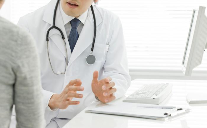 Un medico è in discussione con un paziente.