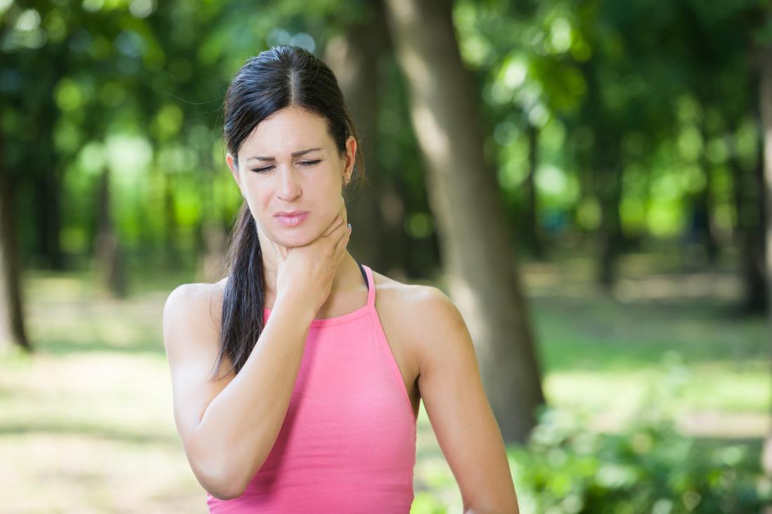 Femme ayant des difficultés à respirer en tenant la gorge