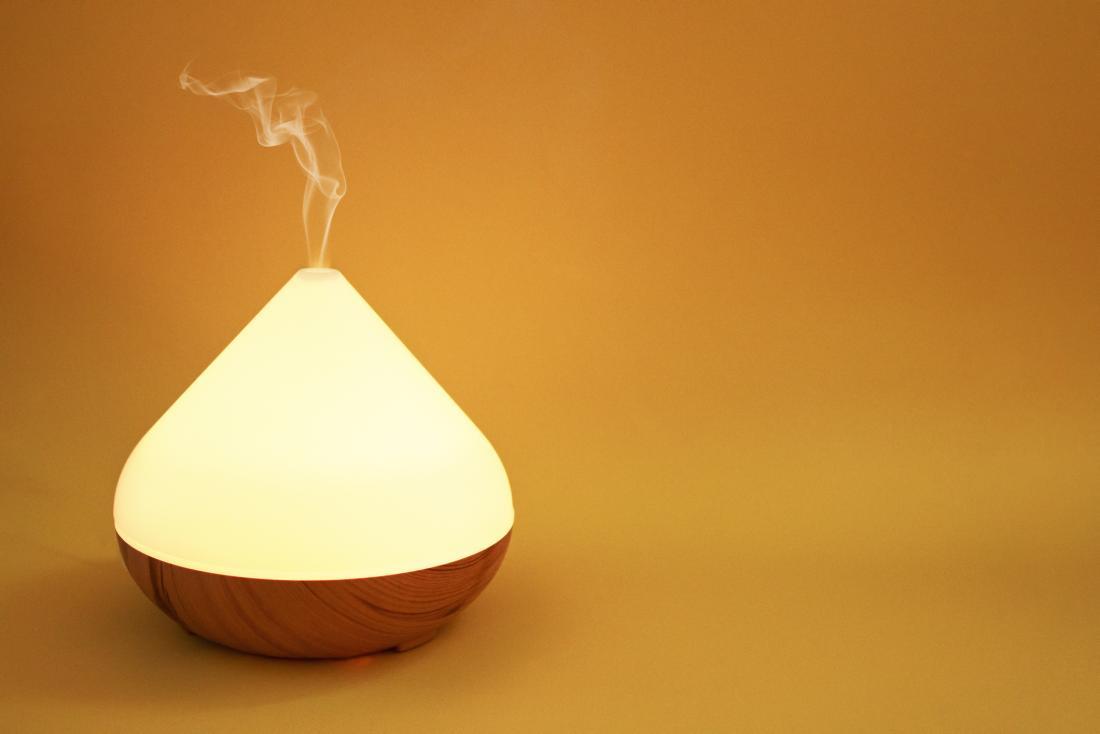 Diffuseur d'huile sur fond orange.