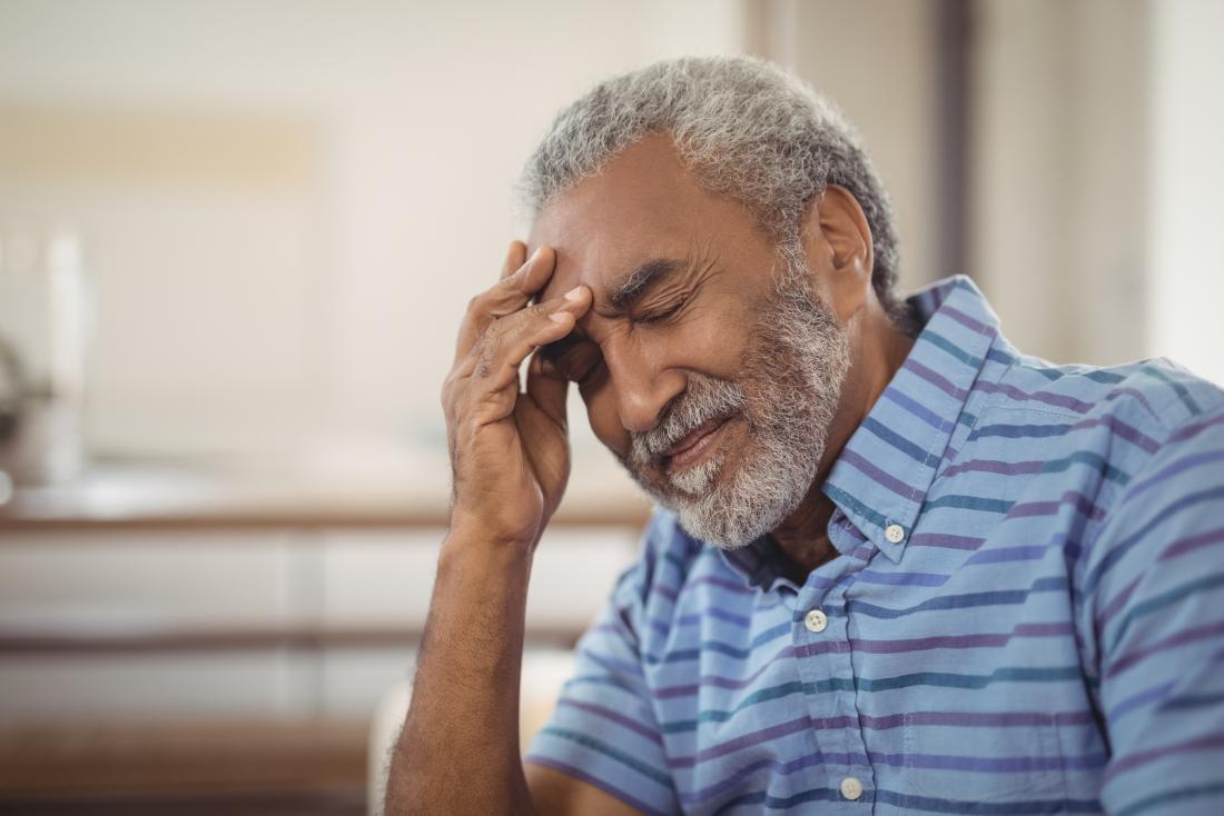 Uomo con mal di testa come parte dei sintomi dell'ictus
