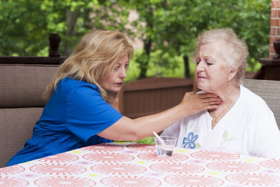 difficulté à avaler, connue sous le nom de dysphagie, chez une femme âgée avec une infirmière qui lui apprend à avaler à nouveau.