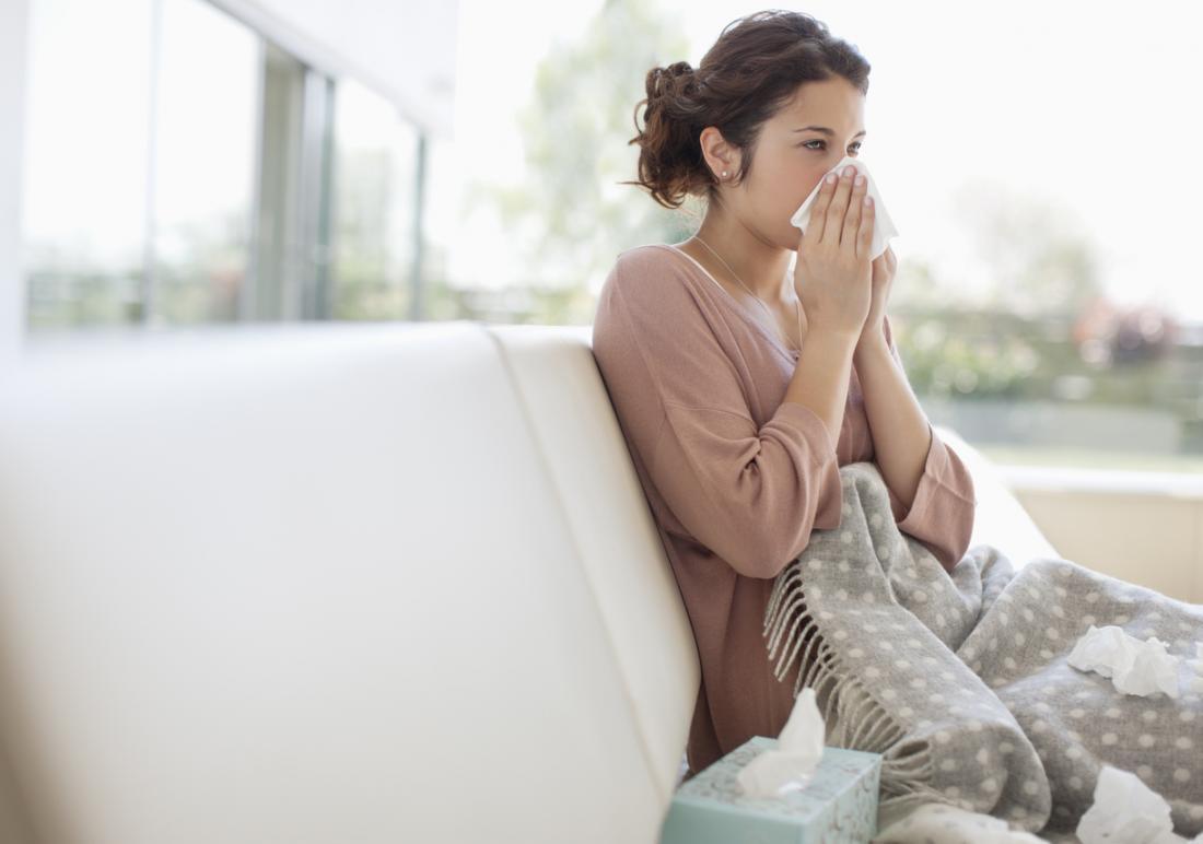 Femme malade en utilisant des tissus pour se moucher.