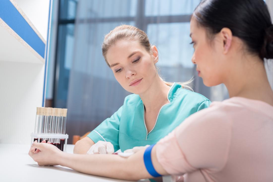 血液検査を受けた若い女性
