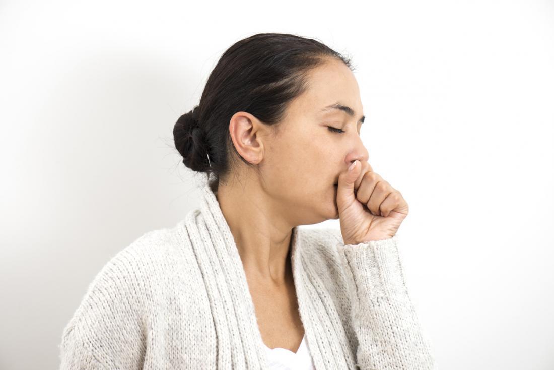 Reaktif solunum yolu hastalığının bir belirtisi olan bir kadın öksürüğü