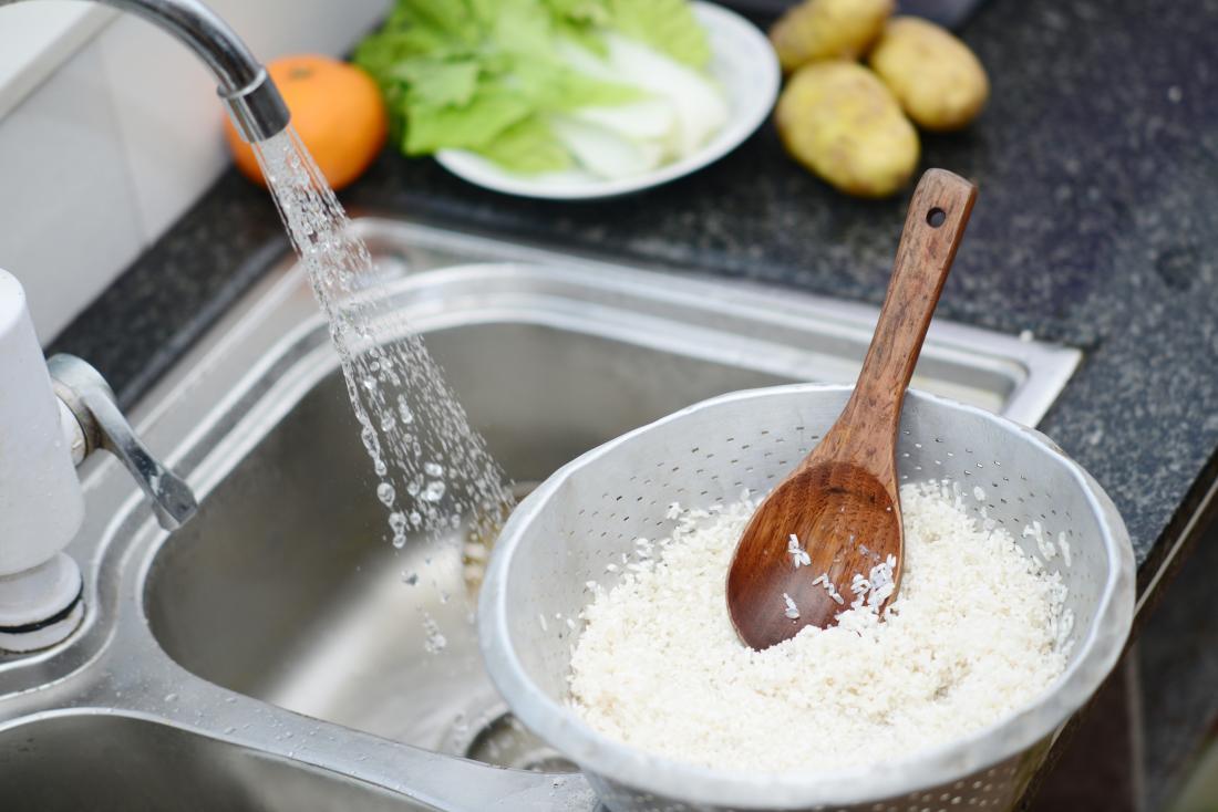 シンクで米を洗う