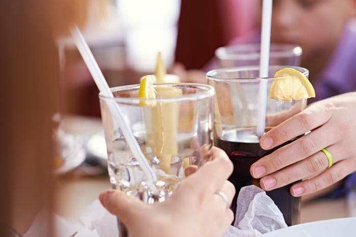 Cheers avec des verres de soda
