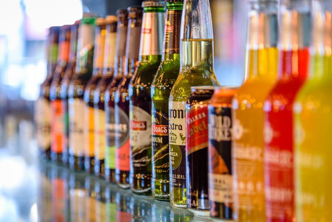 Boissons alcoolisées dans des bouteilles alignées sur le comptoir.