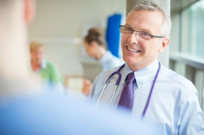 le docteur parle au patient