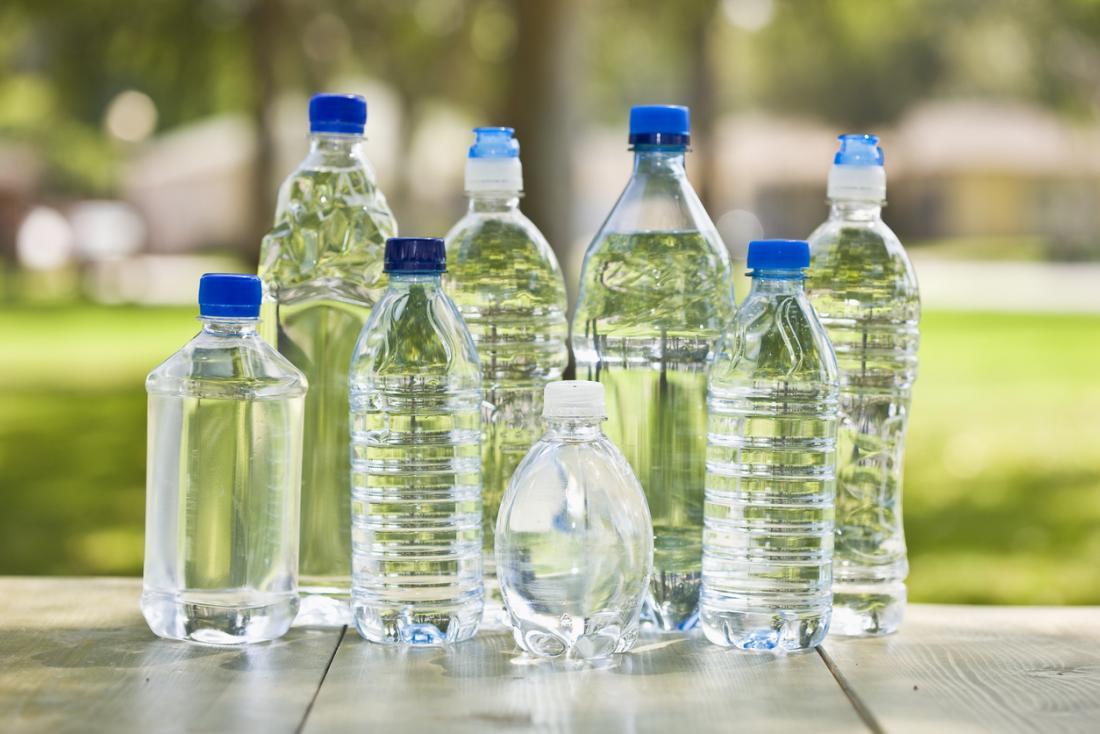 Huit bouteilles d'eau