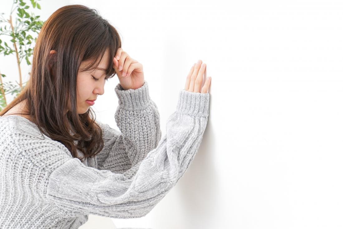 jeune femme, sensation, vertigineux, et, tenue, sur, mur