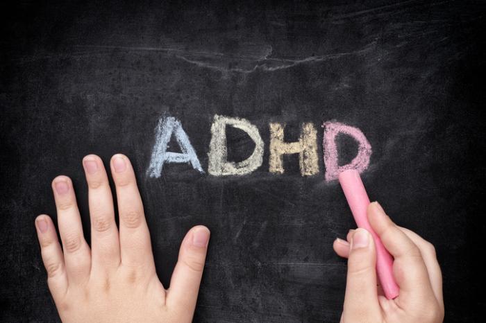 TDAH écrit sur un tableau noir à la craie.