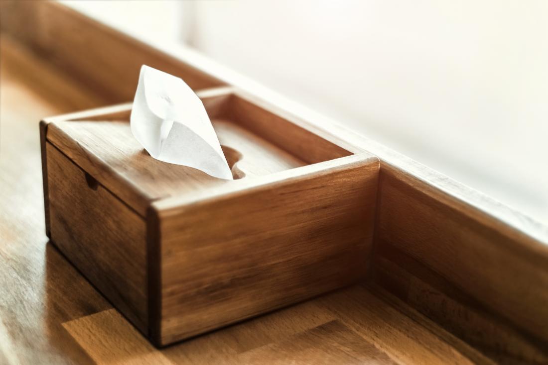Caixa de madeira de tecidos.