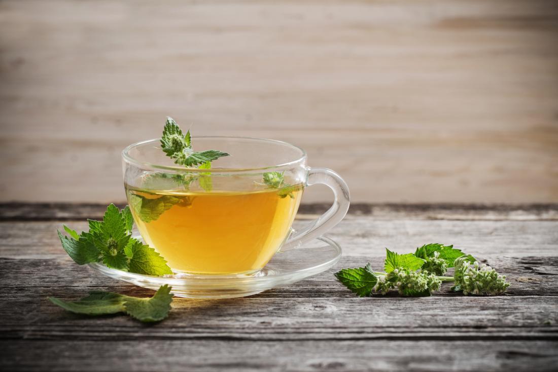 Como parar de peidar bebendo chá de hortelã