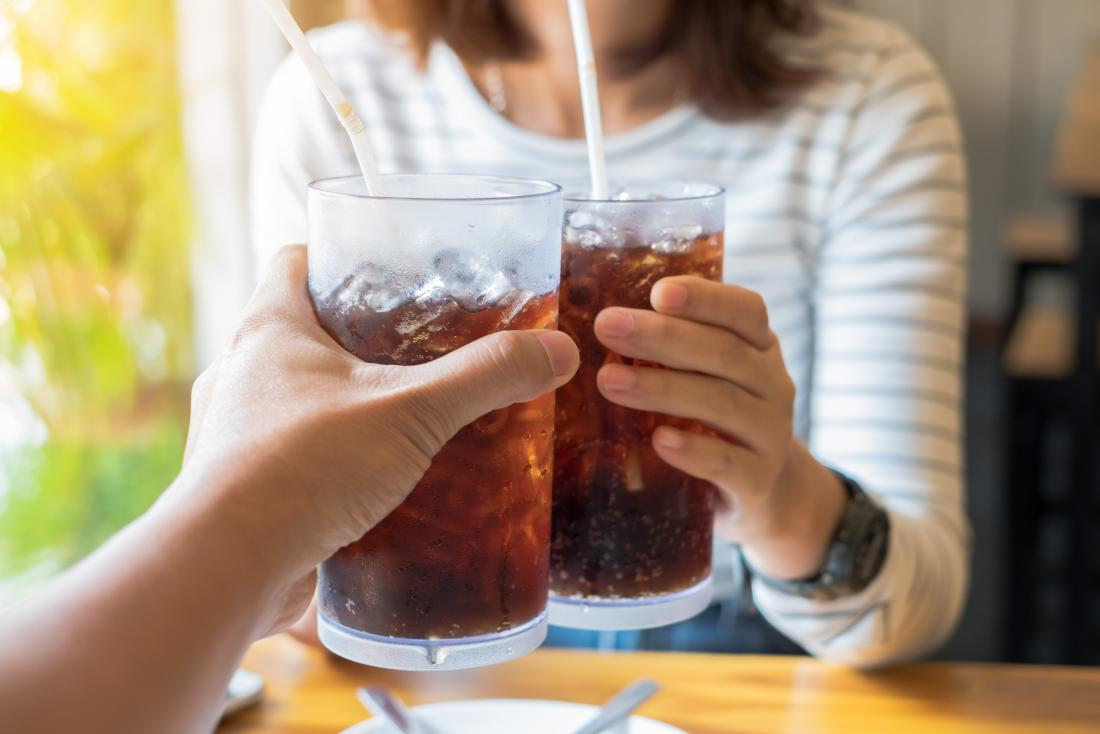 Хората пият лед чай кола с кофеин в
