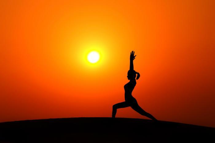 [Yoga au coucher du soleil]