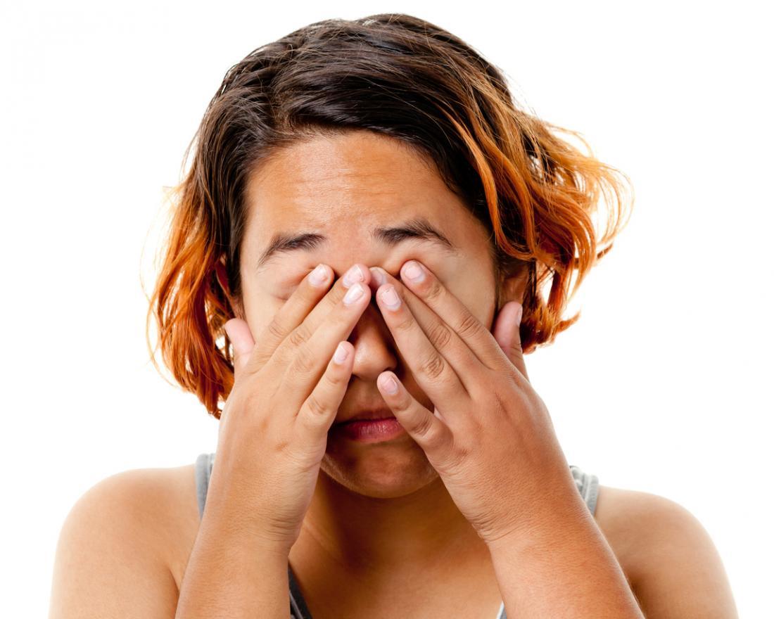 彼女の目を擦った女性