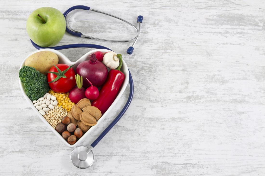 comida saudável em forma de coração com estetoscópio