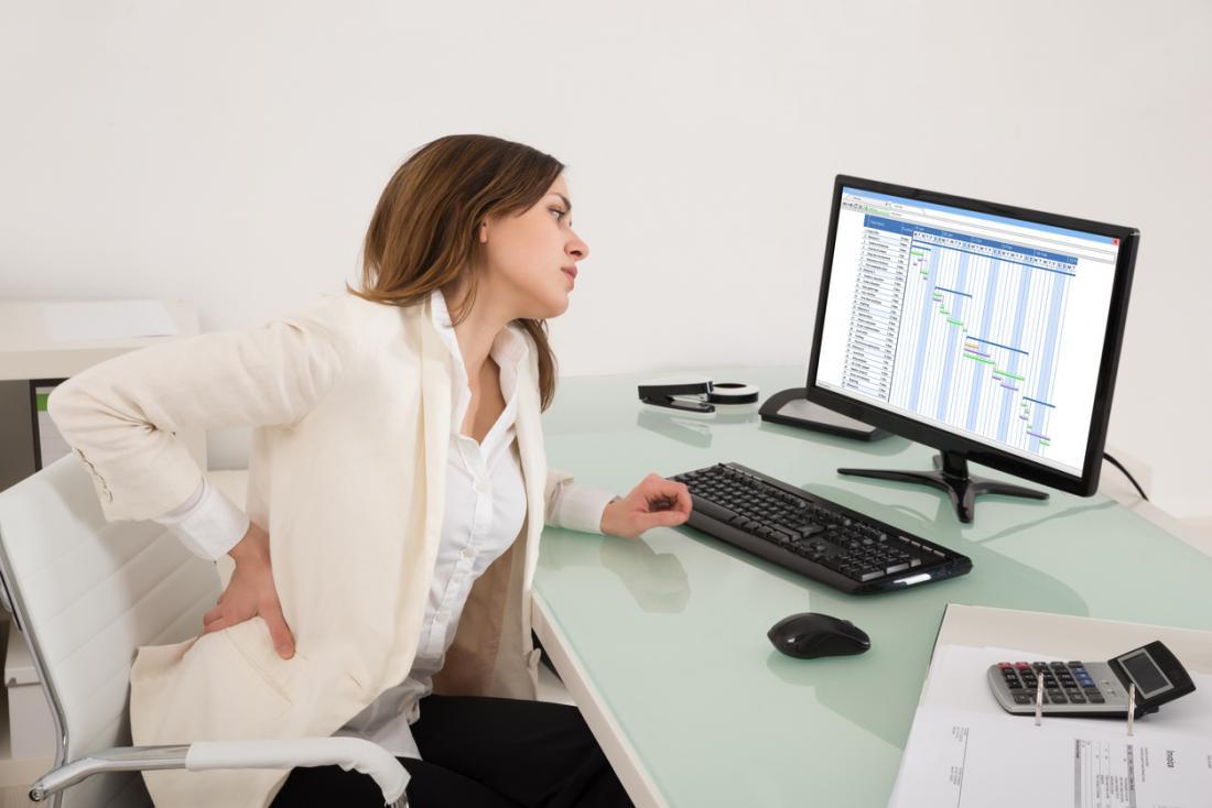 Sentado à mesa, o estilo de vida sedentário pode causar dores musculares e ossos fracos.