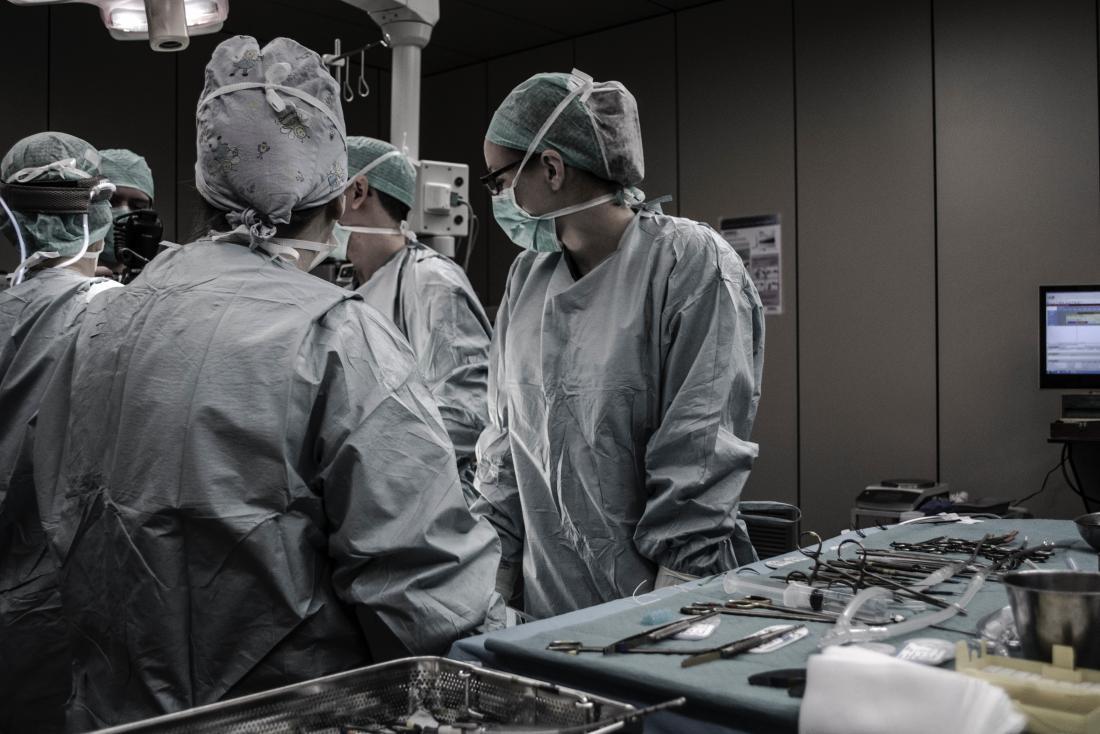 chirurgiens dans le théâtre d'opération