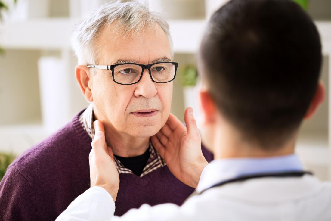 Doutor, segurando, inchado, gânglios linfáticos, adenopathy, diagnóstico
