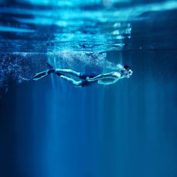[Plongée en apnée dans l'eau bleue profonde]