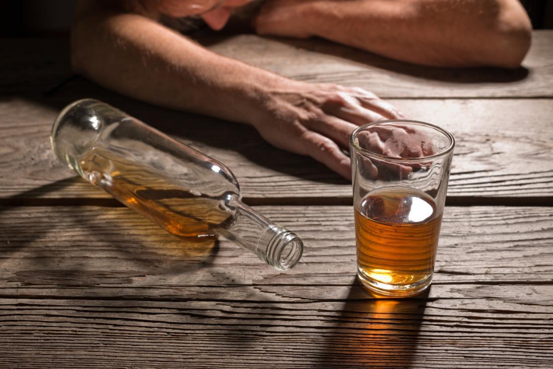 Alcoólatra caiu ao lado de um copo de álcool.