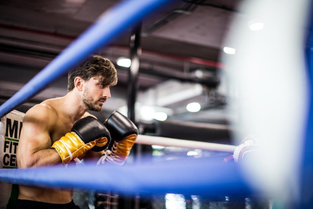 Boxer dans l'anneau se préparant à spar.