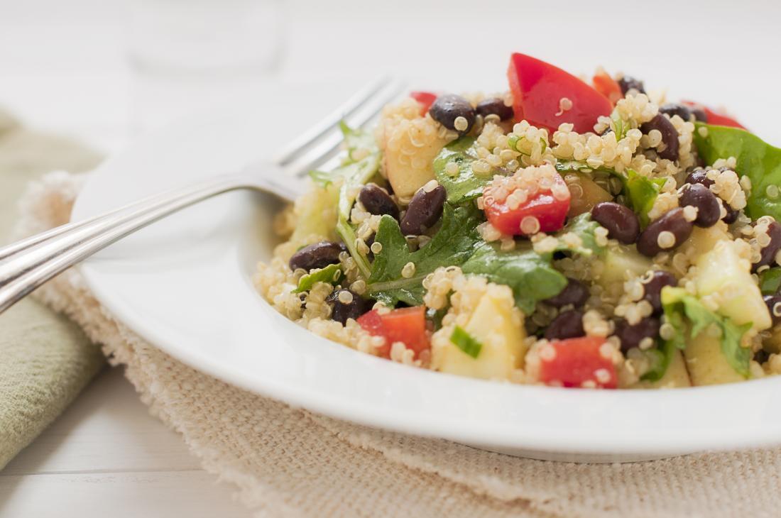 Insalata fresca di quinoa con fagioli.