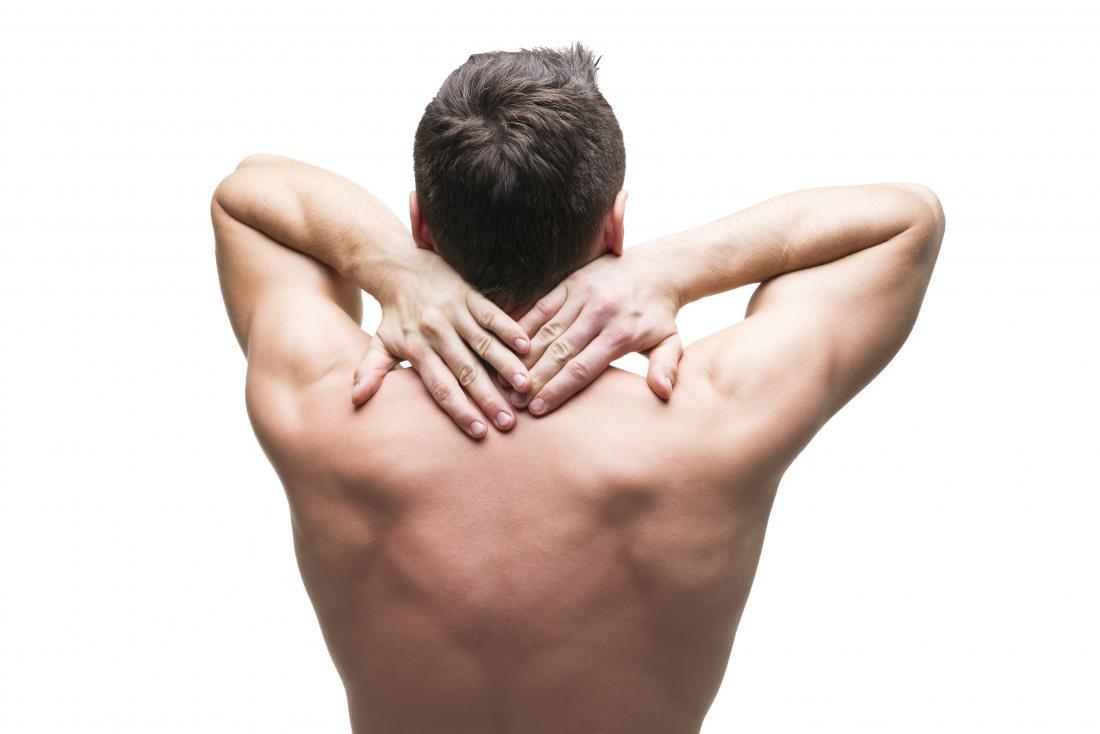 背中を痛めて抱っこし、肋間筋肉の緊張がある男