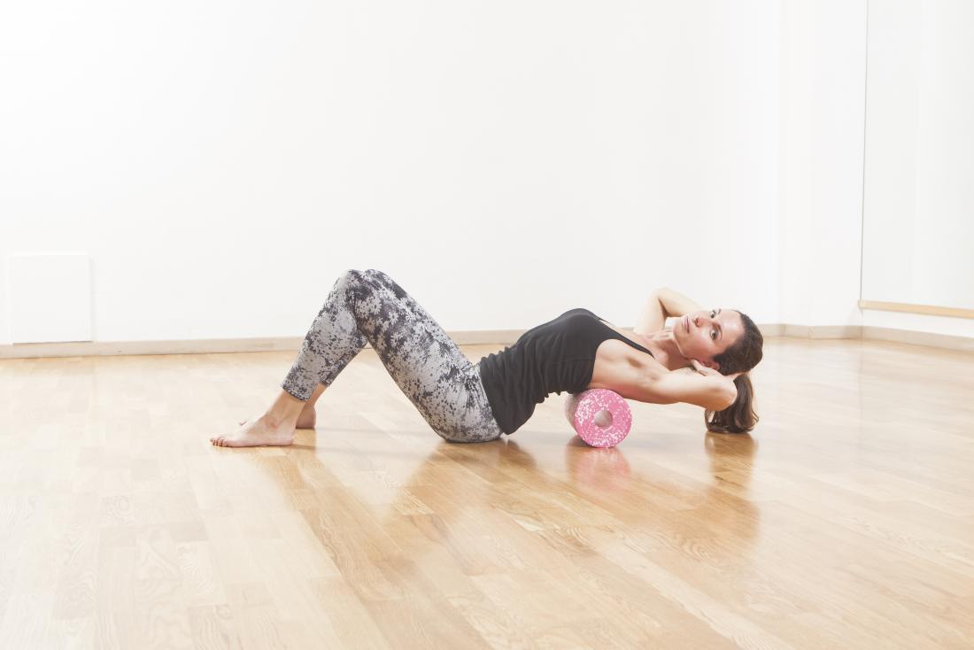 肋間筋肉の緊張を助けるための泡ローラー運動