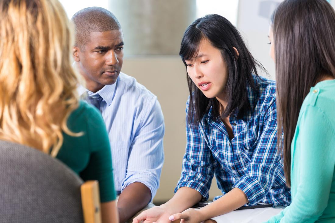 jeune femme parlant à la thérapie de groupe
