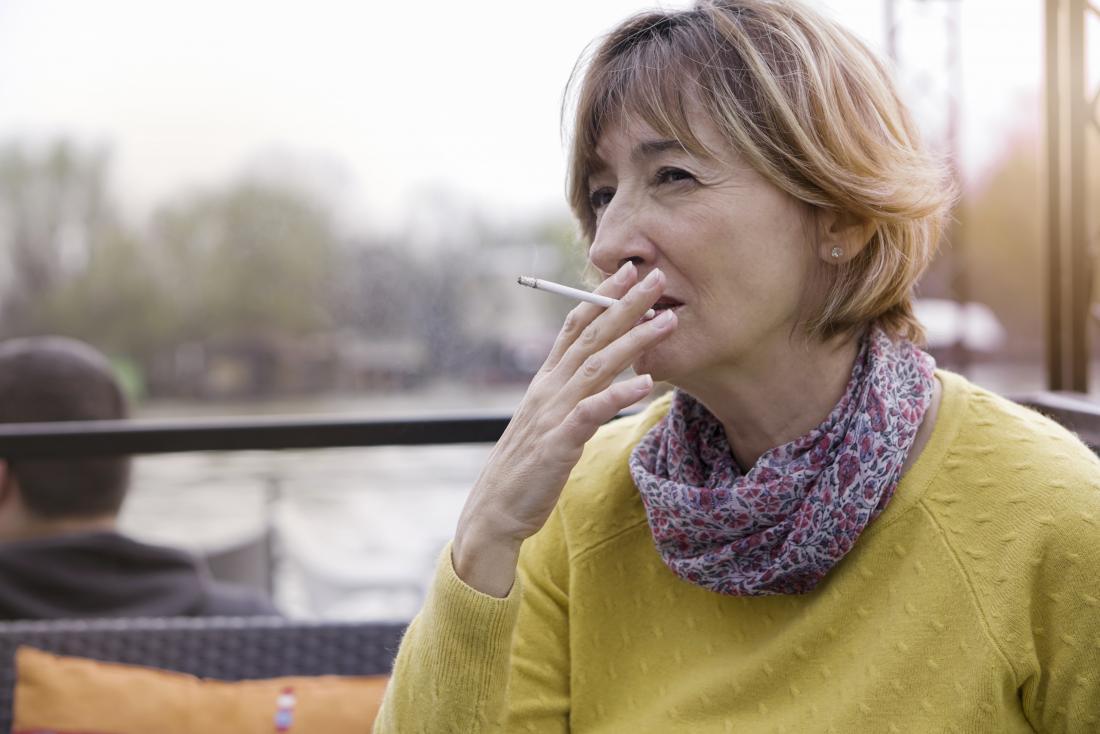 mulher de meia idade fumando