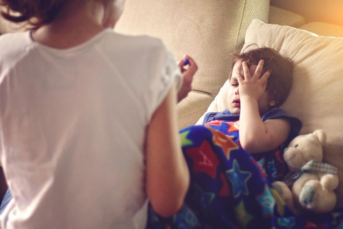 小さな男の子、インフルエンザに病気