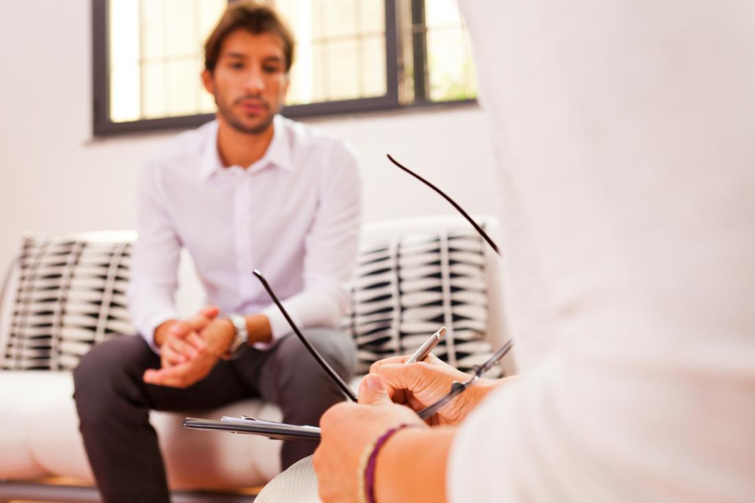 homem conversando com psiquiatra