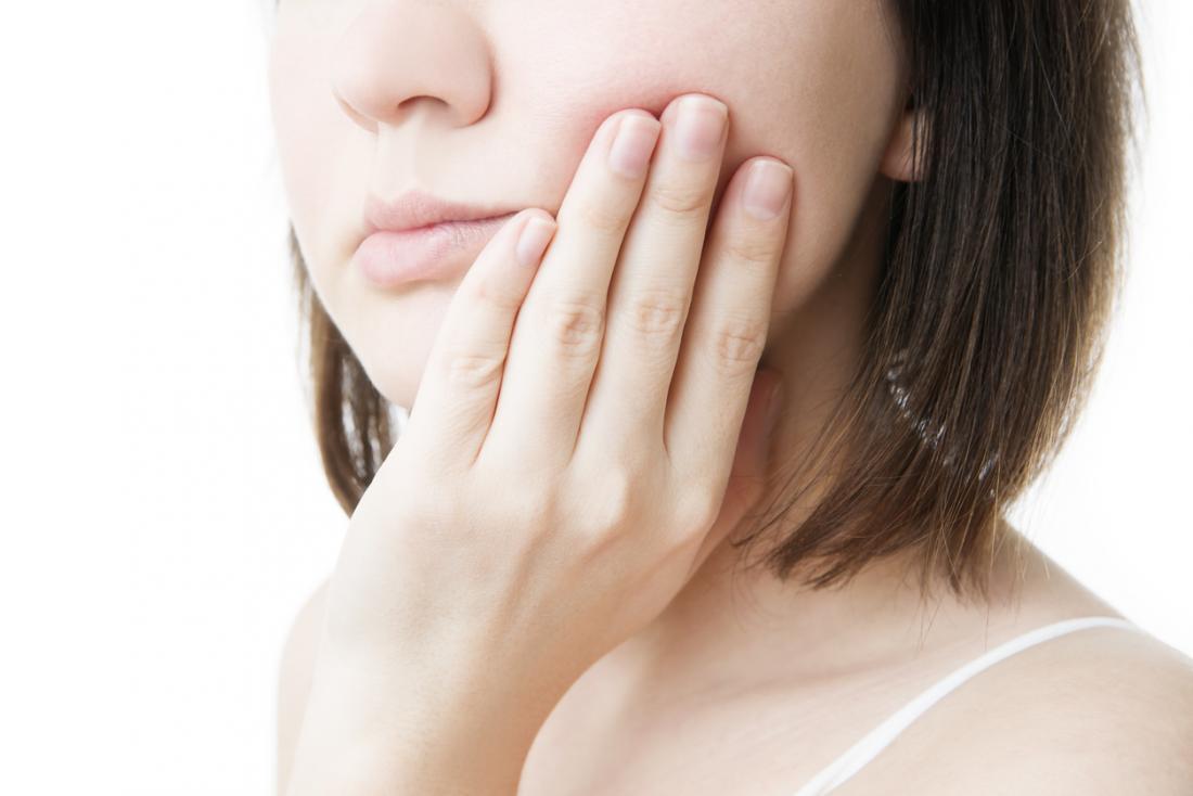 дама, държаща устата поради синдром на горящи уста