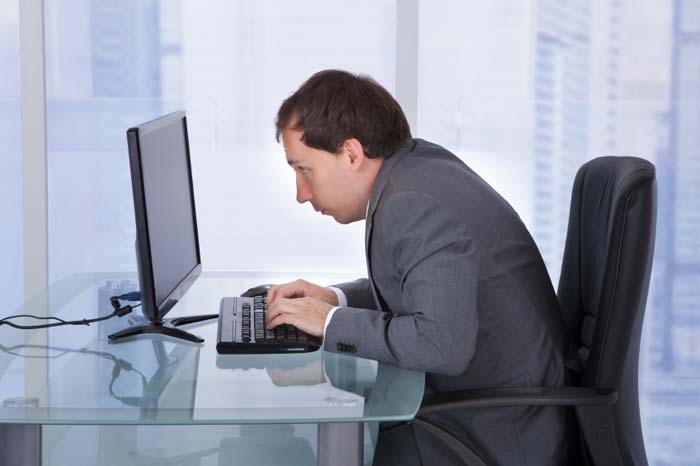 Exemplo de má postura ao usar um computador