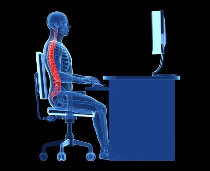 Exemplo de boa postura de costas ao usar um computador