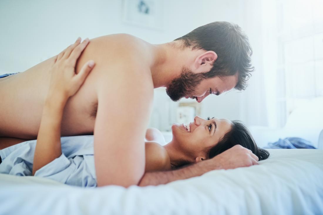 Para komunikująca się w łóżku o penetracji szyjki macicy