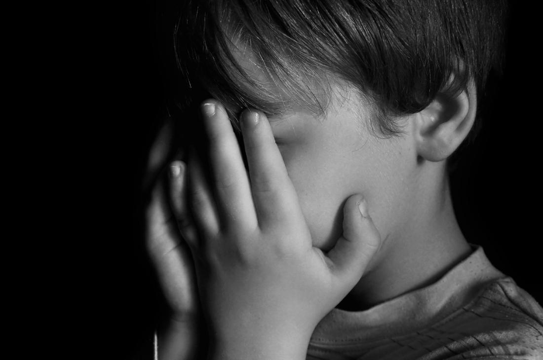 Trauriges Kind in den Schatten