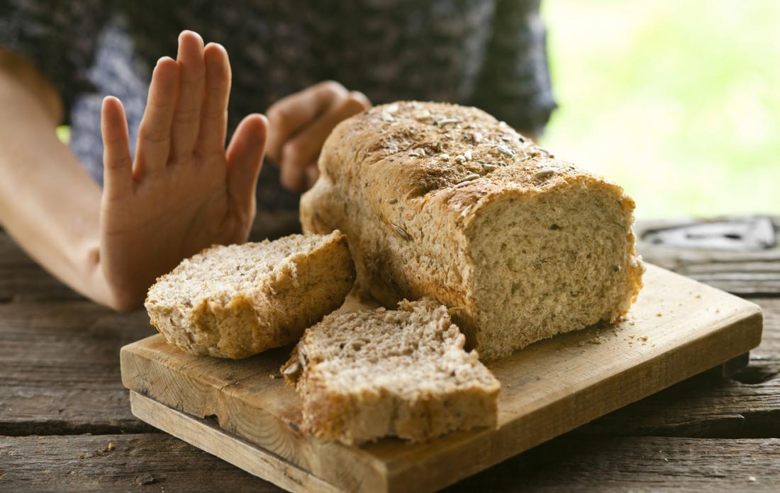 osoba odmawiająca chleb pełnoziarnisty